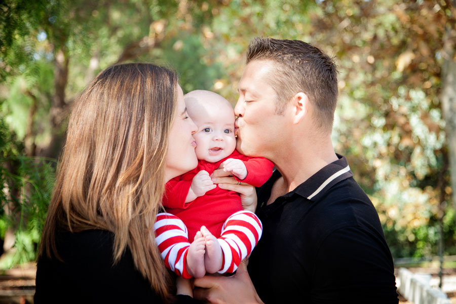 Sweet-holiday-baby-kisses-in-Old-Poway-Park